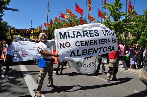 Pancarta de Mijares vivo contra la cementera en Albentosa - Teruel.