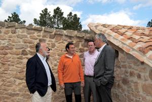 Antonio Suárez, charlando ayer con Miguel Escriche que ha convertido una masía en casa rural.