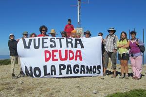 Foto de los miembros del 15M que participaron en el acto reivindicativo, posando en el pico Javalambre.
